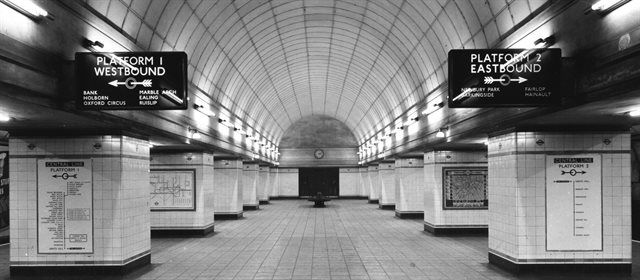 Old black and white photo showing a station on London underground in the early 1900s