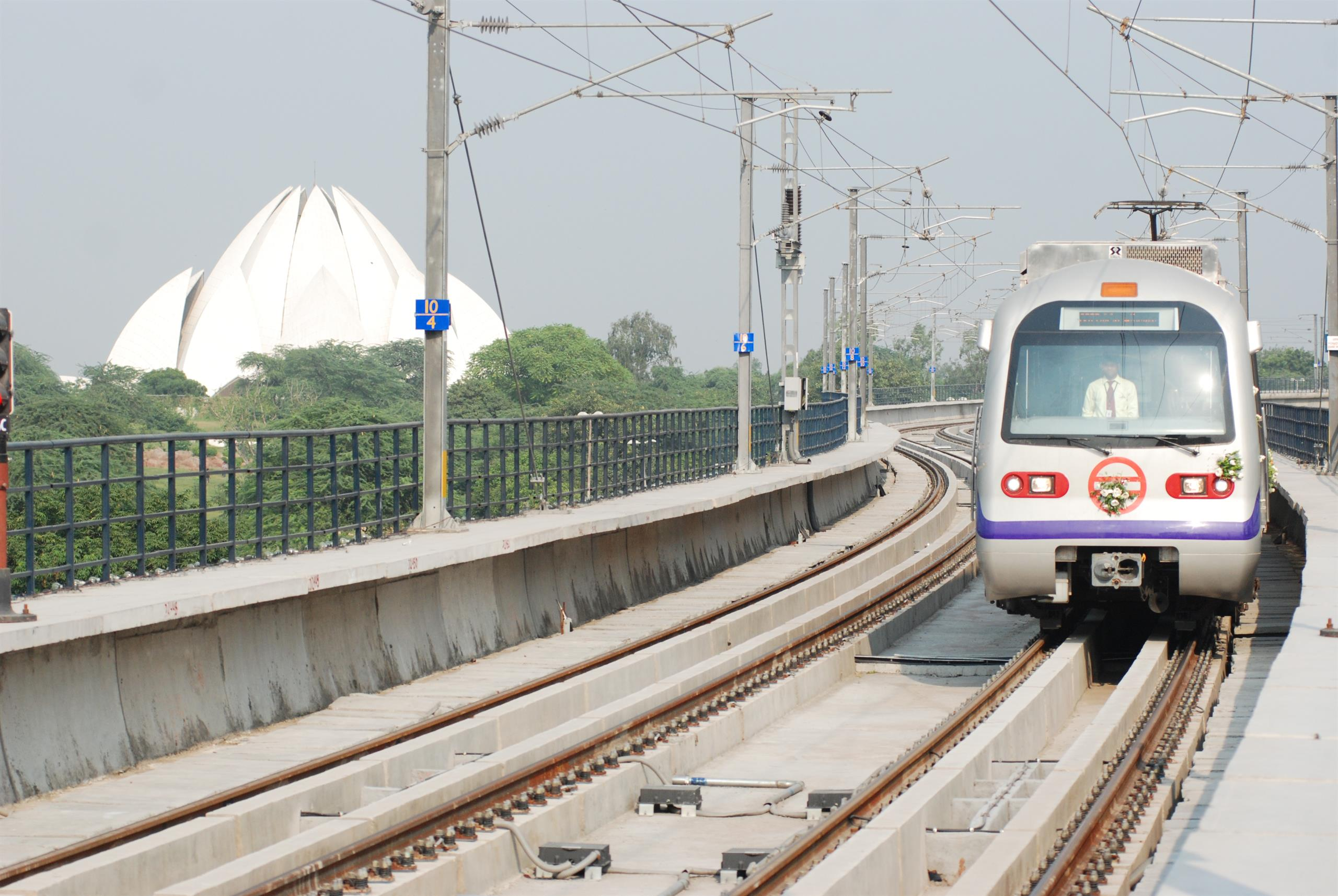 image of Delhi metro train, front-on view